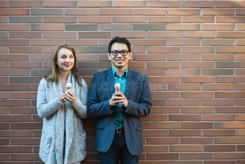Jovens com gelado fotografia de stock royalty free