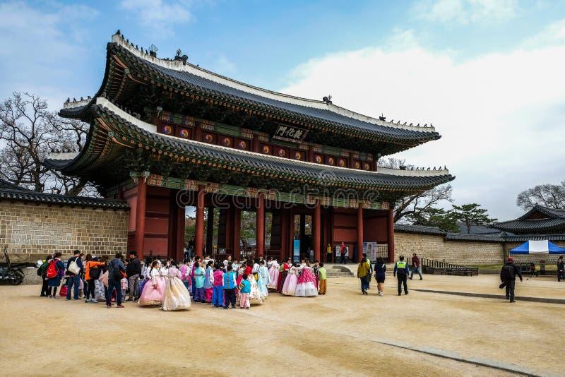 Jovens com roupa tradicional em Seoul, Coreia do Sul fotografia de stock royalty free