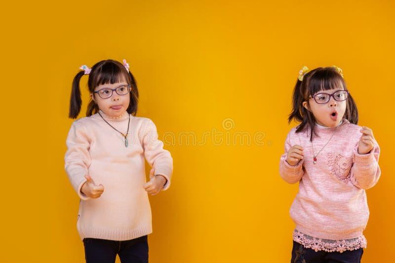 Jovens crianças ativas com o transtorno mental que tem o mesmo penteado fotos de stock royalty free