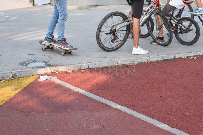Jovens crianças que montam skates e bicicletas imagens de stock