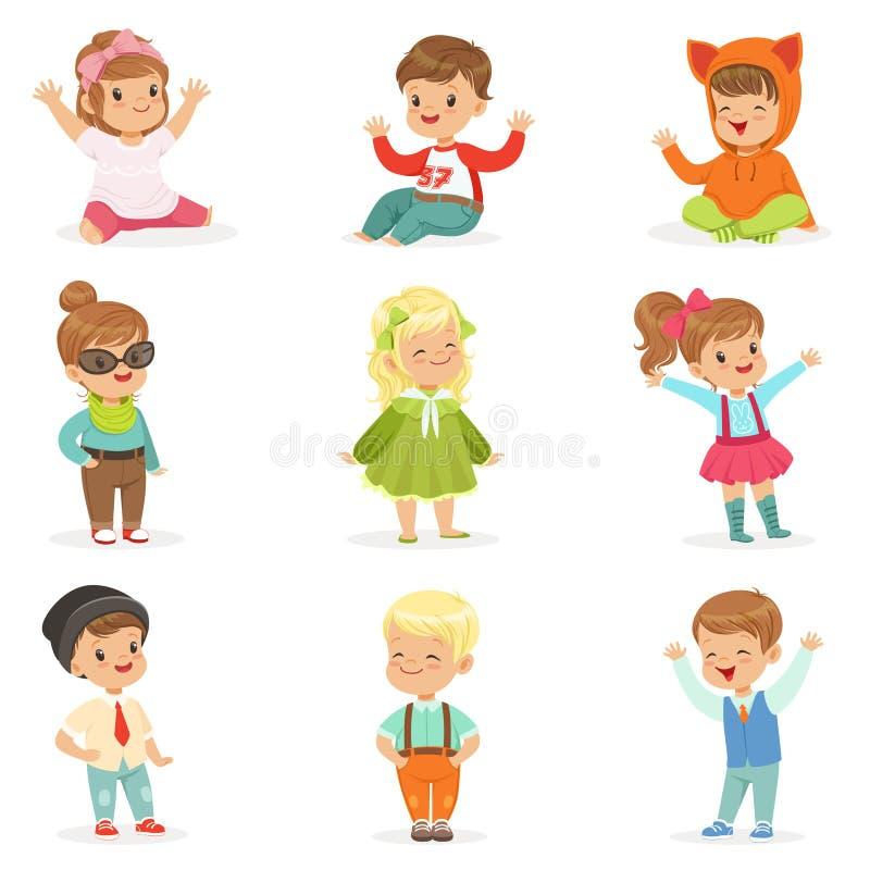 Jovens crianças vestidas na roupa bonito da forma das crianças, na série de ilustrações com crianças e no estilo ilustração do vetor