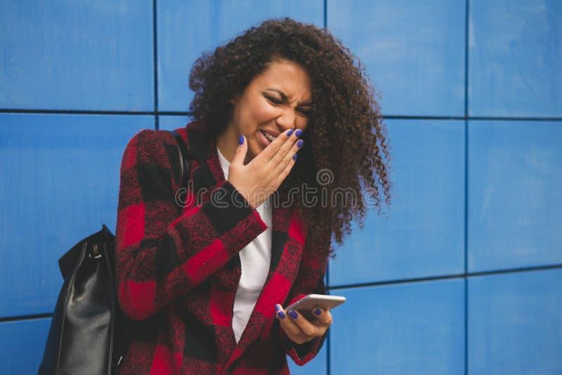 Jovens e problemas de juventude Sozinho esquerdo da menina do Preteen em casa, envia mensagens de texto com o telefone aos amigos imagem de stock
