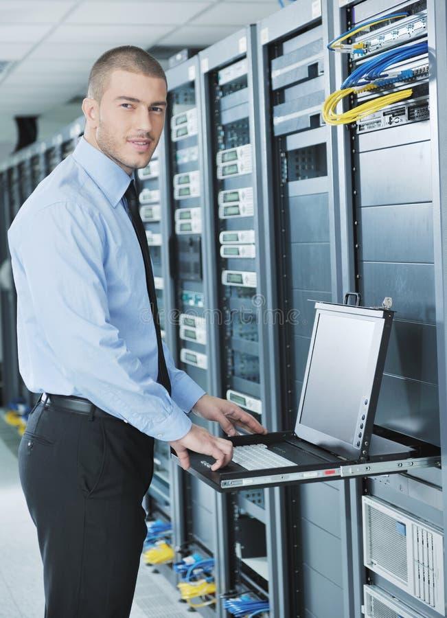 Jovens ele coordenador no quarto do server do datacenter fotografia de stock royalty free