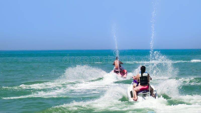 Jovens em Jet Ski, oceano tropical imagem de stock royalty free