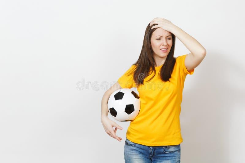 Jovens, fan de futebol ou jogador europeu bonito no fundo branco Esporte, jogo, saúde, conceito saudável do estilo de vida imagens de stock
