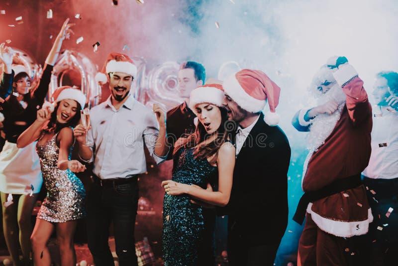 Jovens felizes que dançam no partido do ano novo fotografia de stock royalty free