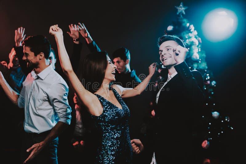 Jovens felizes que dançam no partido do ano novo foto de stock