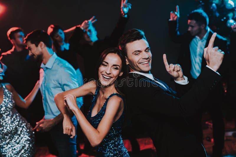 Jovens felizes que dançam no partido do ano novo fotos de stock royalty free