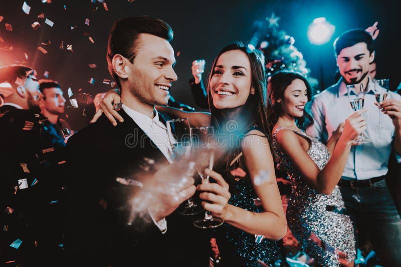 Jovens felizes que dançam no partido do ano novo imagens de stock
