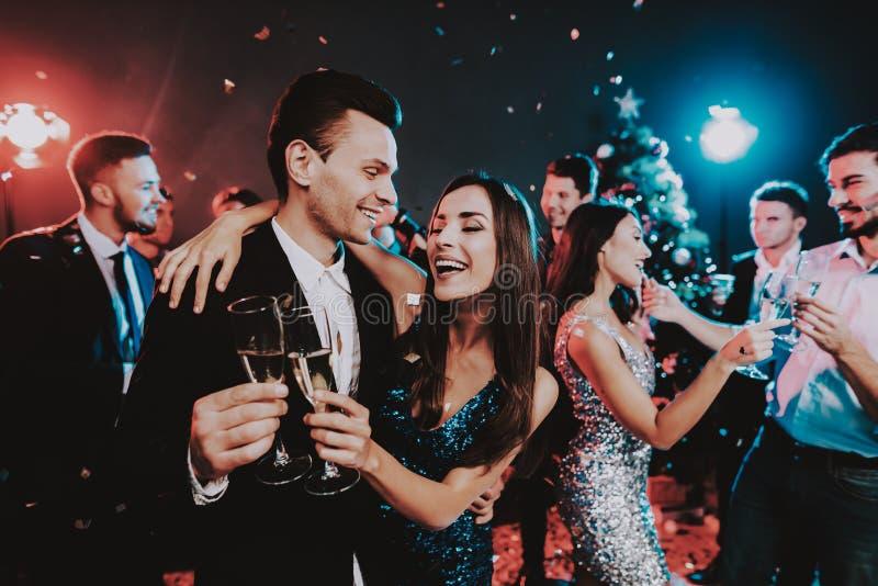Jovens felizes que dançam no partido do ano novo foto de stock royalty free
