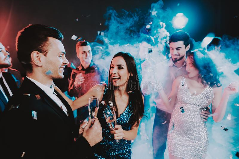 Jovens felizes que dançam no partido do ano novo imagem de stock royalty free