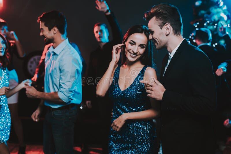 Jovens felizes que dançam no partido do ano novo imagem de stock