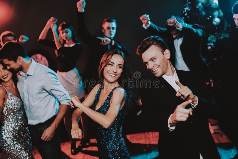 Jovens felizes que dançam no partido do ano novo fotos de stock