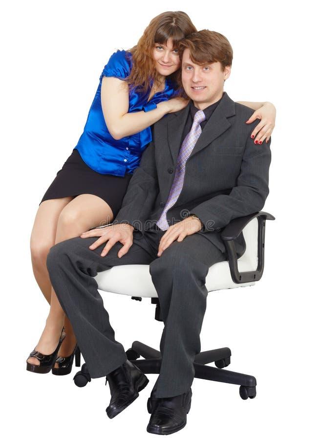 Jovens - homem e mulher que sentam-se na cadeira foto de stock royalty free