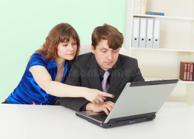 Jovens - homem e mulher que trabalham no escritório foto de stock royalty free