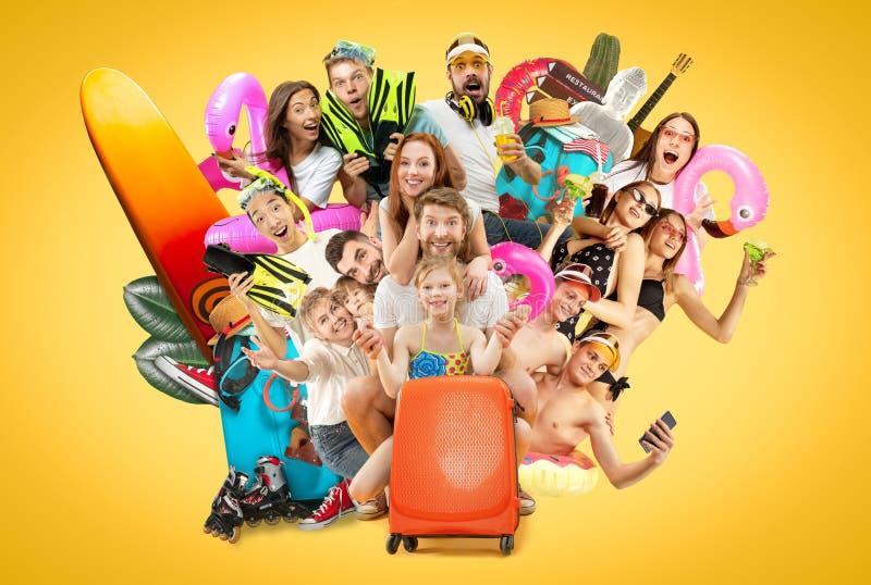 Jovens isolados no fundo amarelo do estúdio imagens de stock
