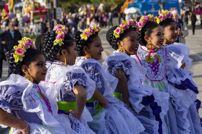 Jovens latinas que participaram do Torneio de Roses Parade fotografia de stock