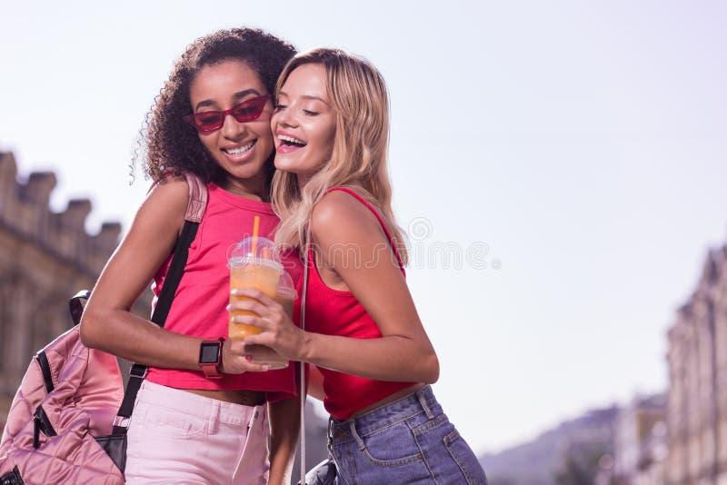 Jovens mulheres agradáveis positivas que são bons amigos fotos de stock
