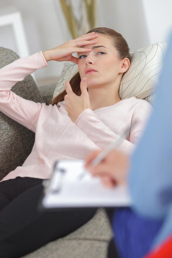 Jovens mulheres com depressão que escutam o terapeuta imagem de stock