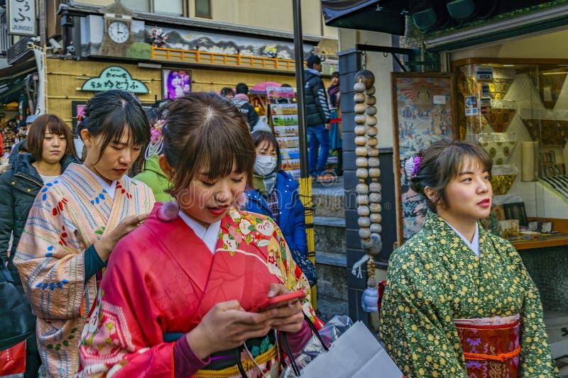 Jovens mulheres com gueixa Costume, Kyoto, Japão fotos de stock