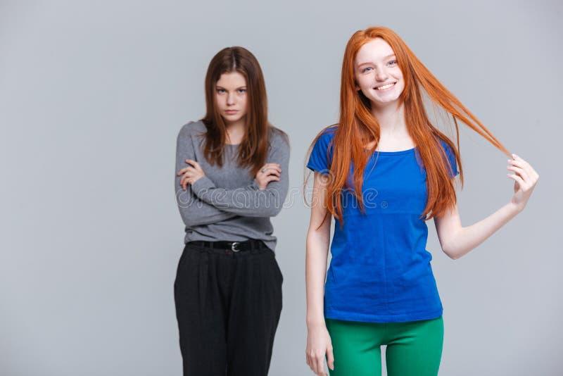 Jovens mulheres de sorriso da morena do ruivo dois e da virada imagem de stock