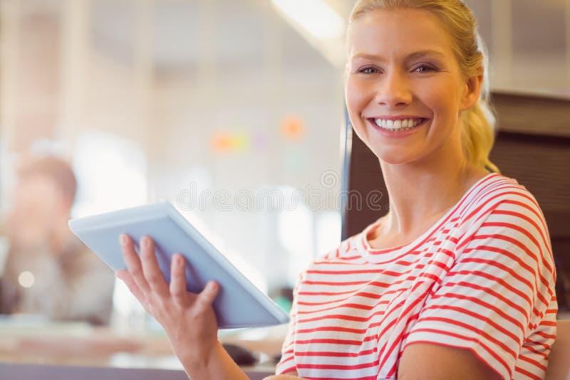 Jovens mulheres de sorriso que usam a tabuleta digital imagens de stock royalty free