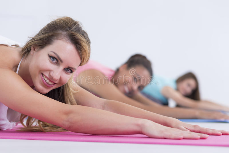 Jovens mulheres durante a classe da ioga foto de stock royalty free