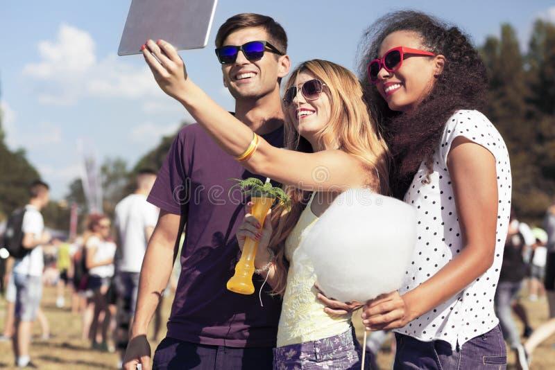 Jovens mulheres e homem que tomam o selfie imagem de stock royalty free