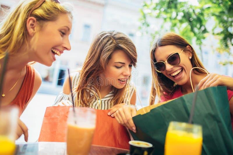 Jovens mulheres em um caf? ap?s uma compra foto de stock