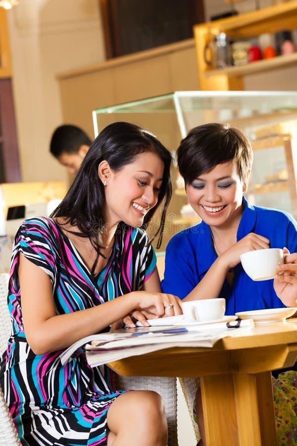 Jovens mulheres em uma cafetaria asiática foto de stock