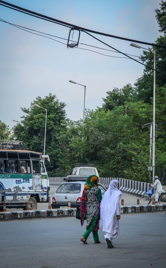 Jovens mulheres indianas que andam na rua foto de stock royalty free