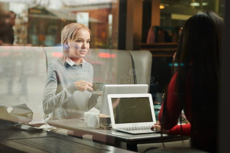 Jovens mulheres na cafetaria imagens de stock