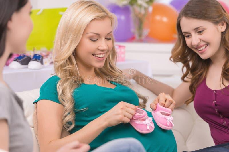 Jovens mulheres na festa do bebê. imagens de stock royalty free