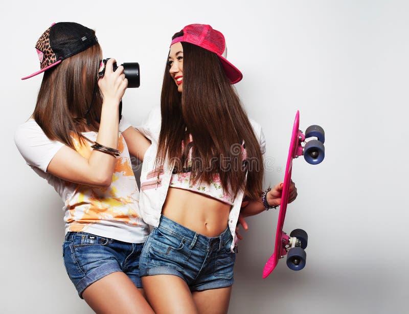 Jovens mulheres na roupa do verão imagem de stock