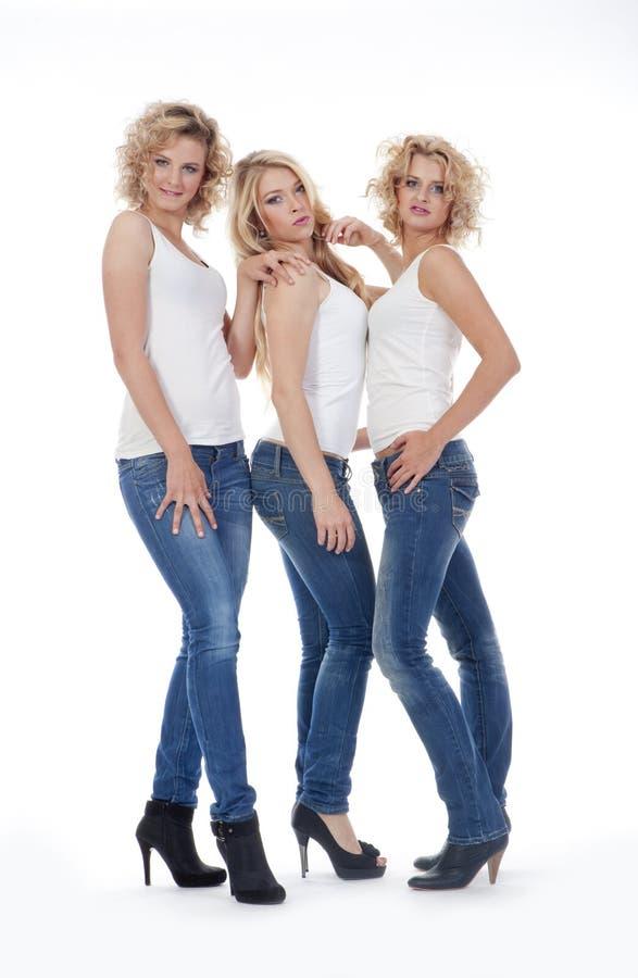 Jovens mulheres na roupa ocasional - isolada no branco imagem de stock