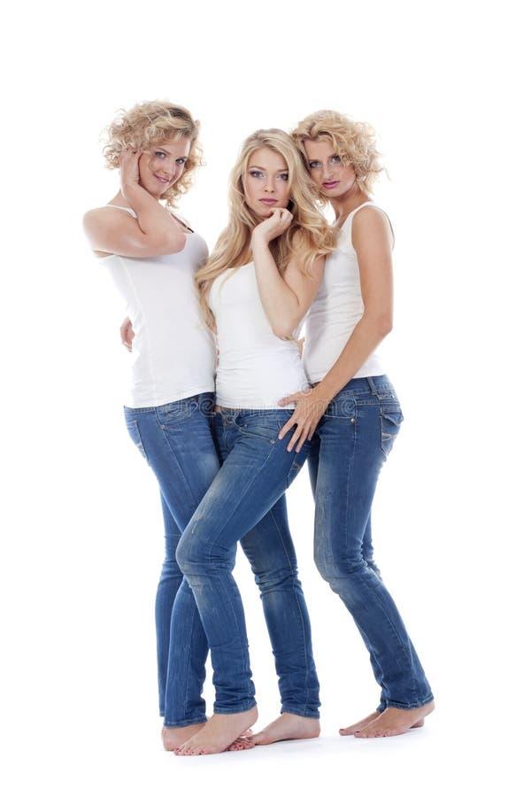 Jovens mulheres na roupa ocasional - isolada no branco fotos de stock