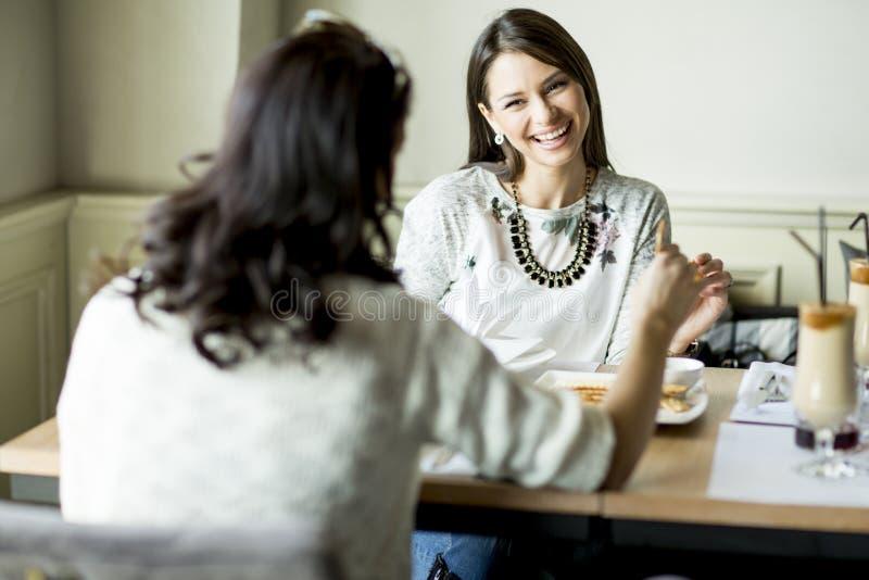Jovens mulheres no restaurante fotografia de stock royalty free