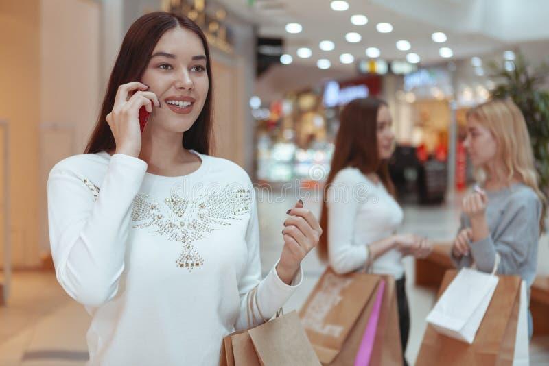 Jovens mulheres que apreciam a compra junto na alameda foto de stock