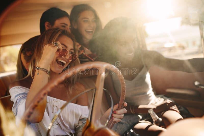 Jovens mulheres que apreciam na viagem por estrada imagem de stock