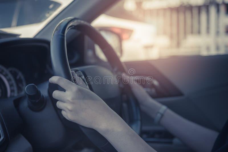 jovens mulheres que conduzem um carro imagens de stock