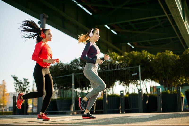 Jovens mulheres que exercitam fora imagem de stock royalty free