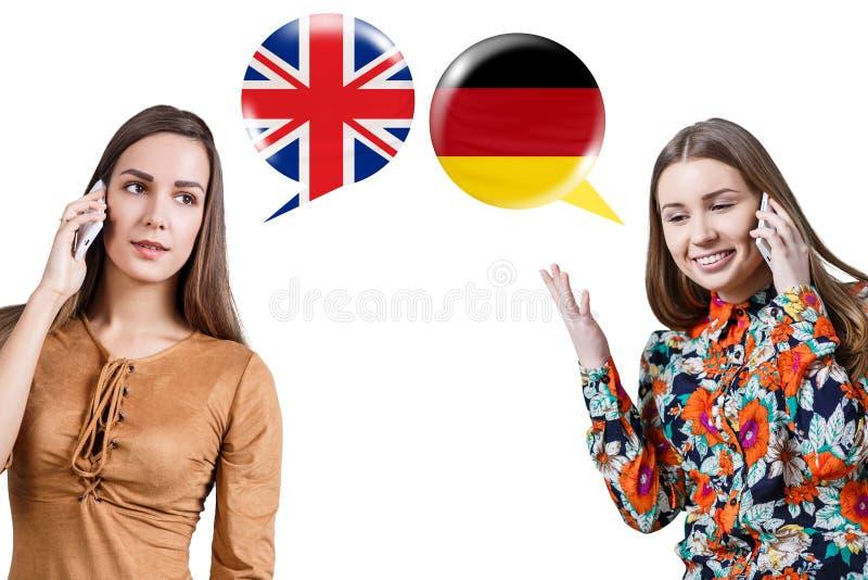 Jovens mulheres que falam no telefone imagem de stock