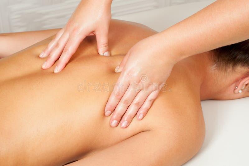 Jovens mulheres que obtêm a massagem traseira fotografia de stock