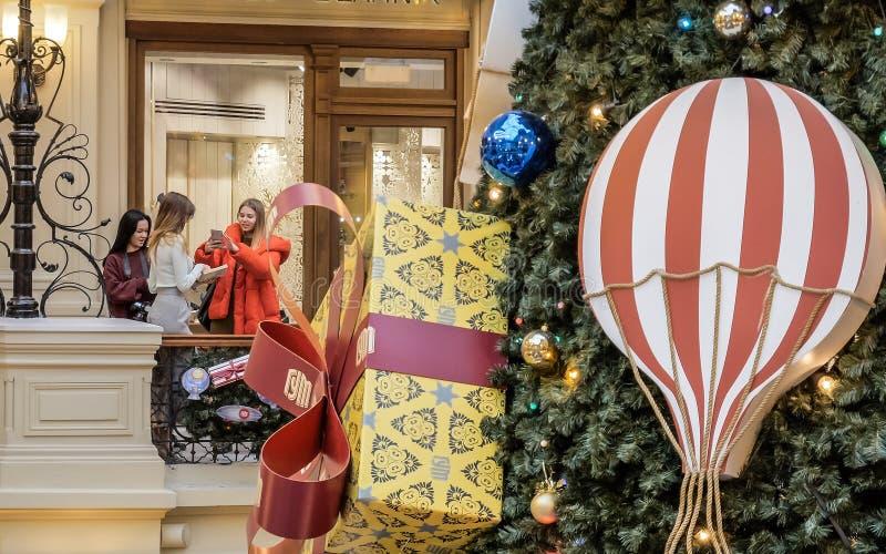 Jovens mulheres que tomam o selfie no shopping em feriados do Natal fotografia de stock royalty free