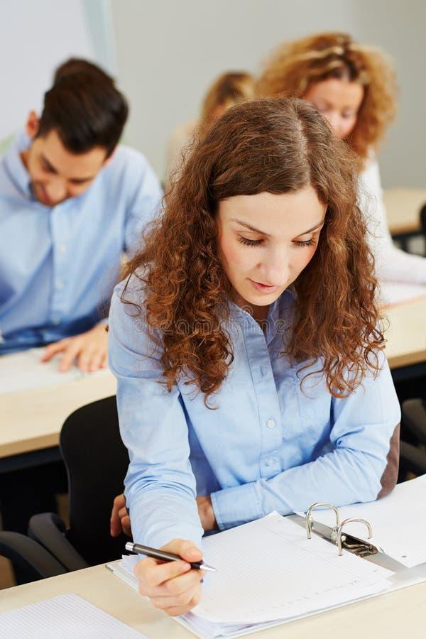 Download Mulher Que Toma O Teste De Aptidão Imagem de Stock - Imagem de estudos, faculdade: 29831049