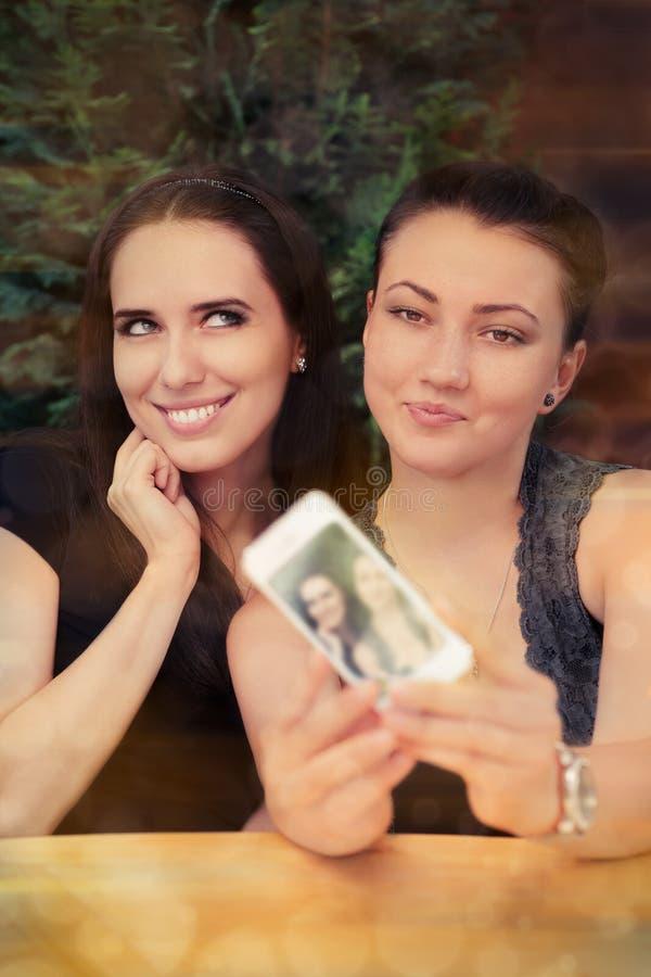 Jovens mulheres que tomam um Selfie engraçado junto imagem de stock