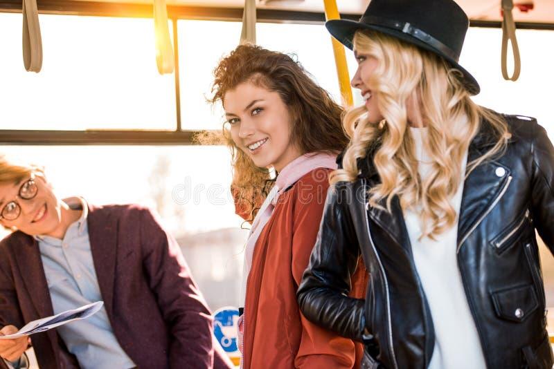 jovens no ônibus fotografia de stock royalty free