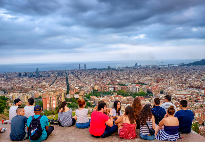 Jovens no del Carmel dos depósitos, Barcelona, Espanha fotos de stock