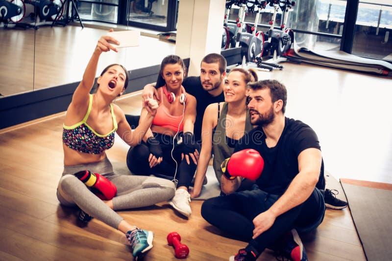 Jovens no gym Hora de relaxar e divertimento imagem de stock royalty free