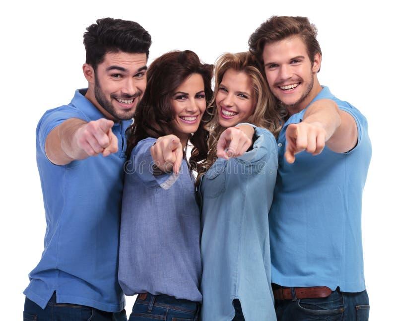 Jovens ocasionais felizes que apontam os dedos imagens de stock royalty free